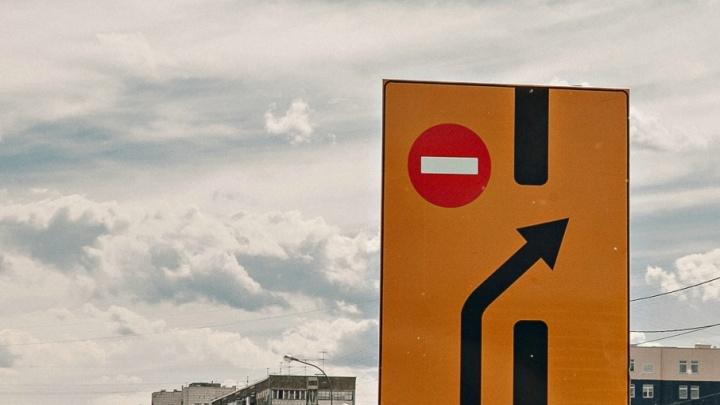 Пробка от Запольной до Республики: часть улицы Мориса Тореза закрыта на ремонт