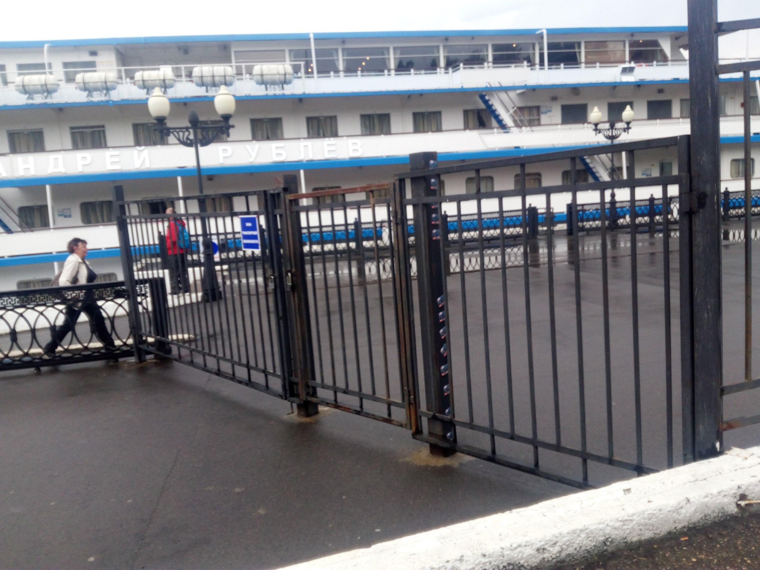 Вернувшиеся к теплоходу туристы упёрлись в закрытые ворота