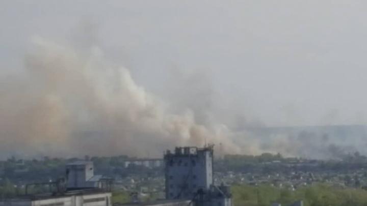 Тушат пожар несколько часов: въезд в Челябинск со стороны М-5 окутало дымом