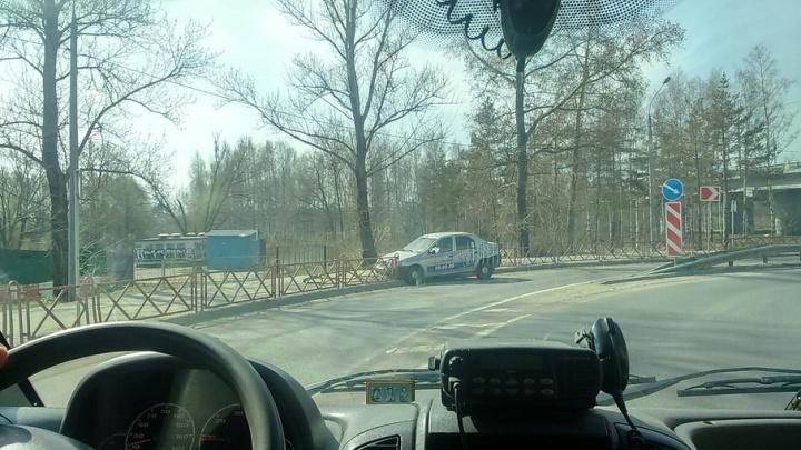 Машина такси улетела в забор на опасном повороте в Ярославле