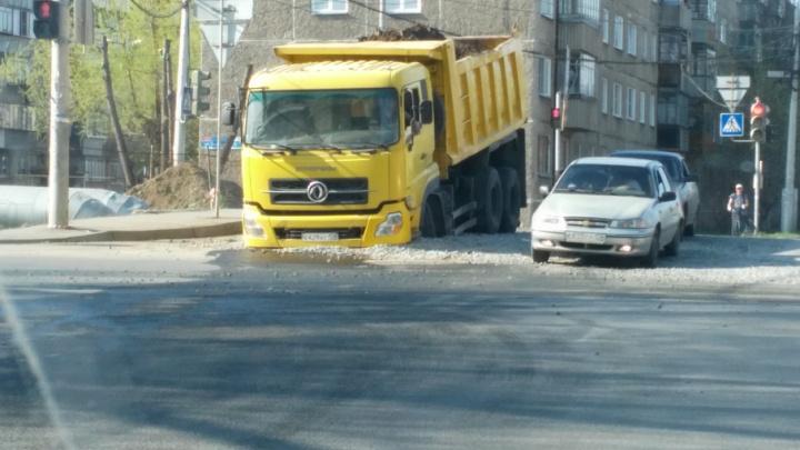 В Челябинске грузовик увяз в дорожной яме, заваленной щебнем