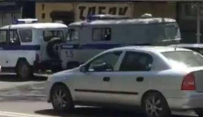 Полиция не пускает людей к остановке на Оганова
