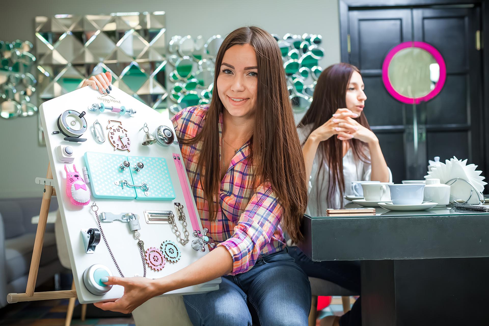 Сёстры проводят в соцсетях конкурсы и дарят победителям бизиборды