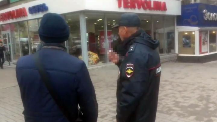 В Волгограде сняли на камеру телефона курящего в общественном месте полицейского