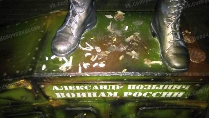 На Дону осквернили памятник погибшему в Сирии морпеху Александру Позыничу