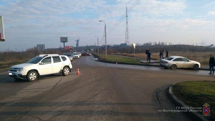 В Волгограде пешеход оказалась под колесами подбитой на дороге Audi