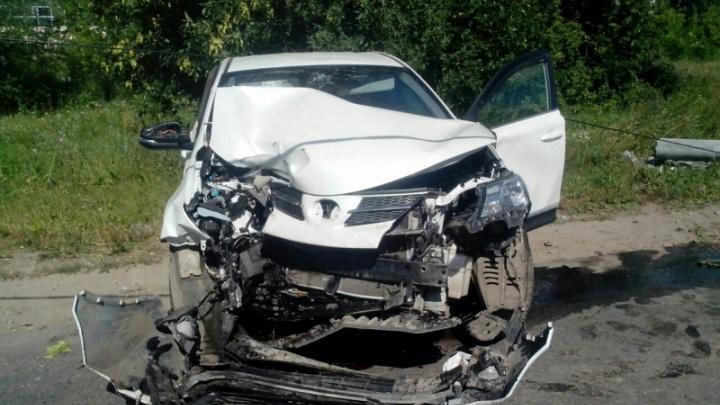 В Жигулевске водитель «Тойоты» съехал с трассы и опрокинул столб