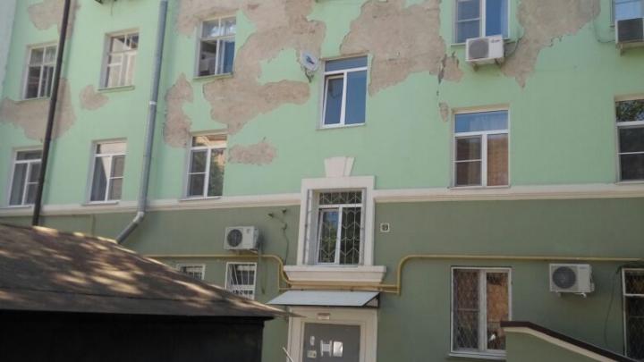 В Ростове с отремонтированного к ЧМ-2018 дома осыпалась штукатурка