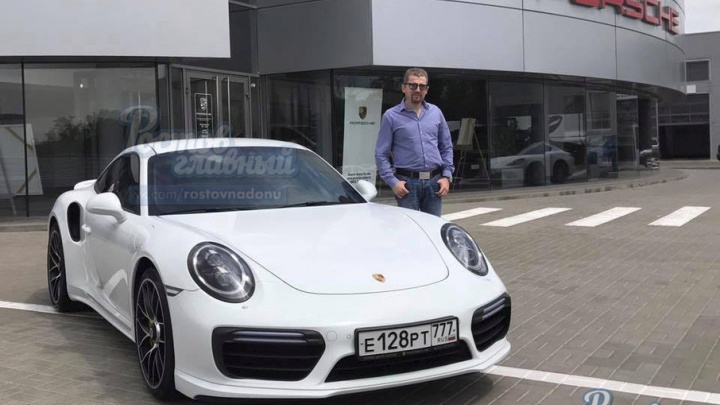 Владельцу разбитого в автосалоне Porsche вручили новый автомобиль