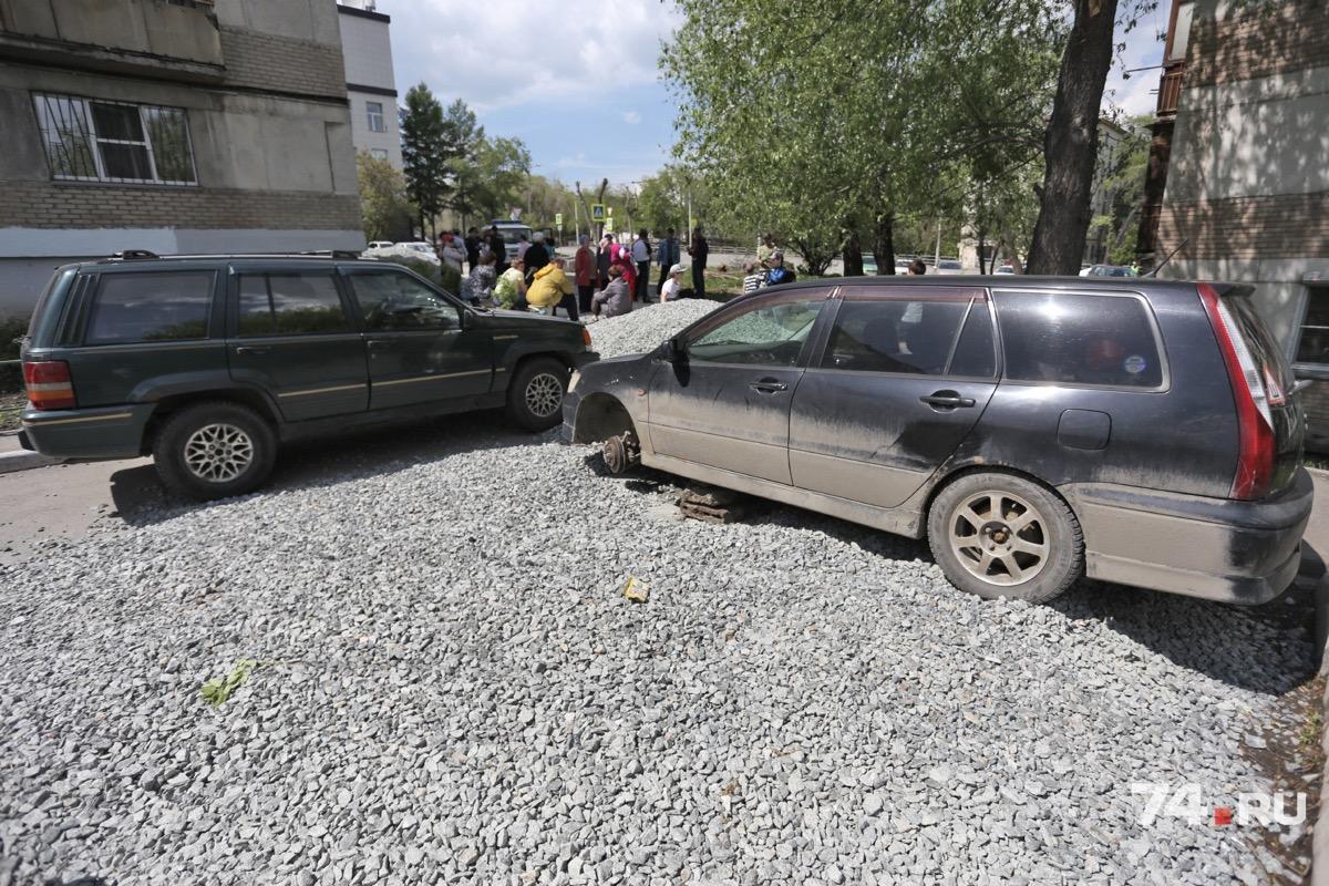 Ещё один въезд на рабочую площадку жители огородили машинами