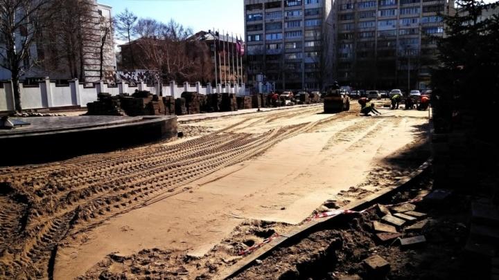 В парке Металлургов полностью демонтировали новую плитку