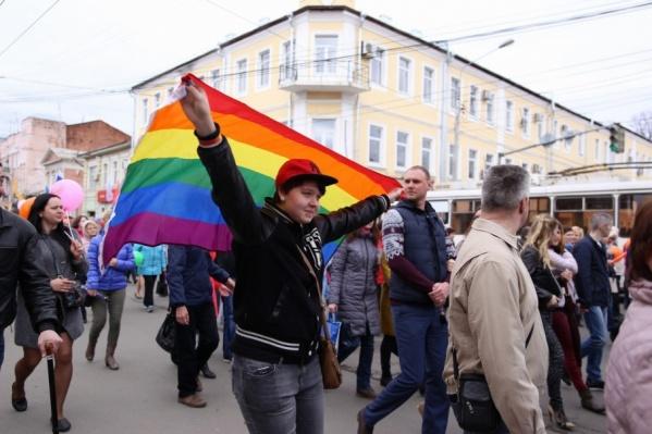 Девушка вынесла на праздник свой флаг