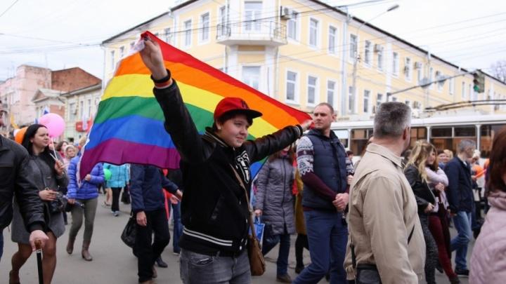 «Убери флаг, а то знаешь, куда его засуну». Представительнице ЛГБТ угрожали на майской демонстрации