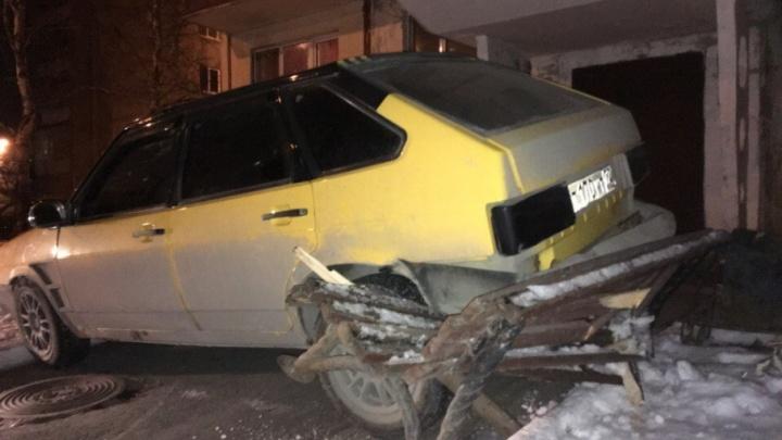 Тюменец «усадил» Lada на лавочку у подъезда