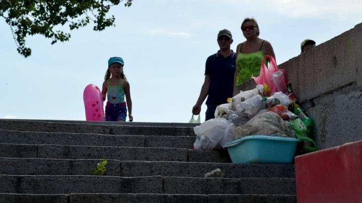 В центре Волгограда не тронули мусор и пляж в ста метрах от Дмитрия Медведева