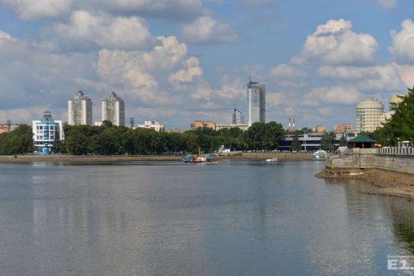Городской пруд снова обнимут на третий день осени.