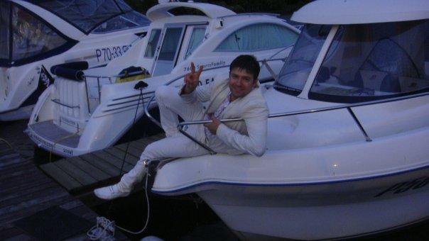 Роман Галагаев в 2009 году с большим удовольствием позировал у яхты