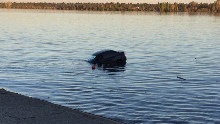 Из Камы в Краснокамске спасатели достали затонувший автомобиль