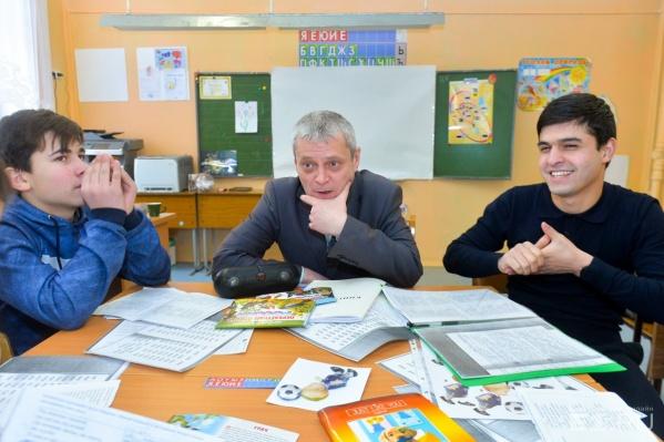 Глеб Дагаев ушёл из школы, где был директором, и стал учить детей-мигрантов русскому языку
