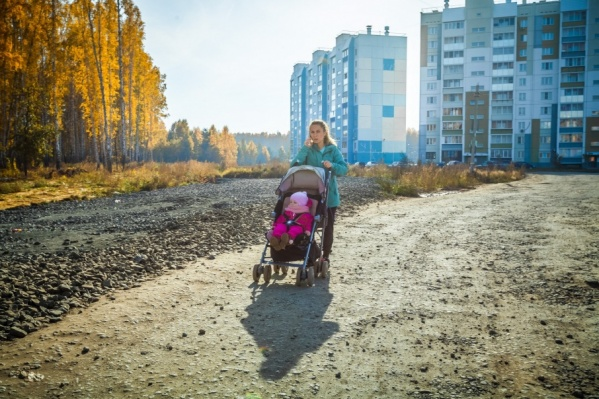 На единственной дороге к школе нет ни тротуаров, ни освещения