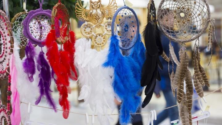 Украшения из сухоцветов и дизайнерские шапочки: челябинцы побаловали себя на выставке хенд-мейда