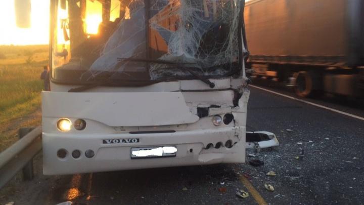 Под Самарой на М-5 столкнулись пассажирский автобус и фура: пострадали 3 человека
