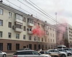 Из окон тюменских квартир валит цветной дым и летят шары