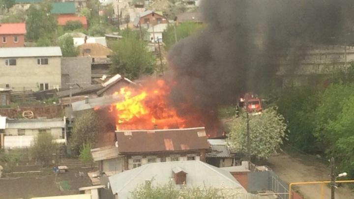 «Разгоралось снова и снова»: пожарные больше двух часов тушили частный дом в Челябинске