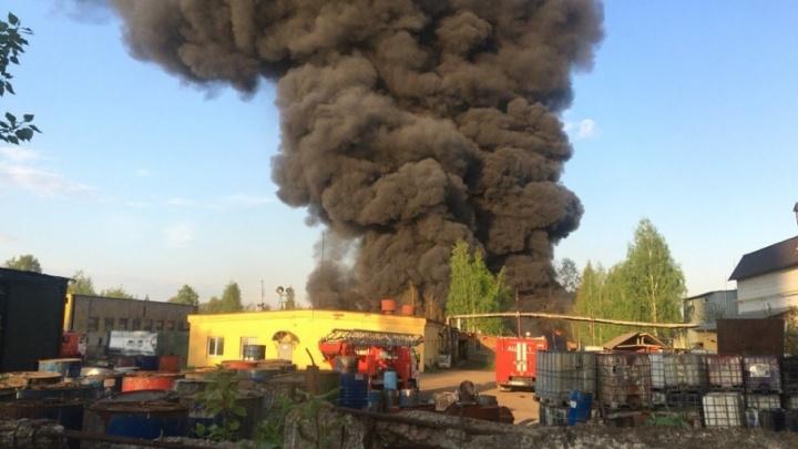«Там был взрыв». Коллеги погибшего грузчика рассказали, что стало причиной пожара на складе