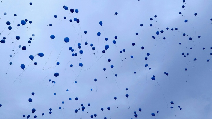 Тюменцы запустили в небо тысячи воздушных шариков в память о тех, кто не вернулся с войны