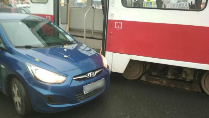 Транспортный коллапс на Тухачевского/Киевской: Hyundai притерся к трамваю