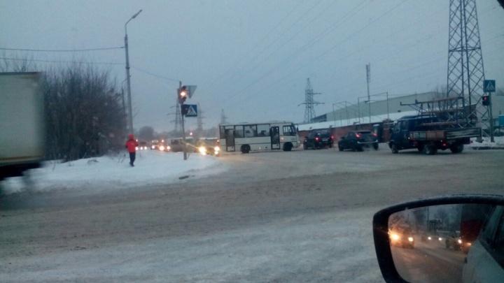 Утром на Промышленном шоссе маршрутку развернуло поперёк дороги
