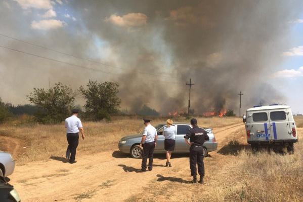 Огонь бушует в 200 метрах от поселка