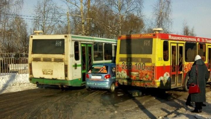 Зажали малышку: в Ярославле два автобуса раздавили «Дэу-Матиз»