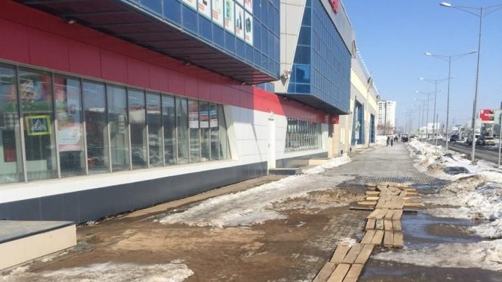 Тротуар около ТЦ «Нота» затопило из-за прорыва брошенного водопровода