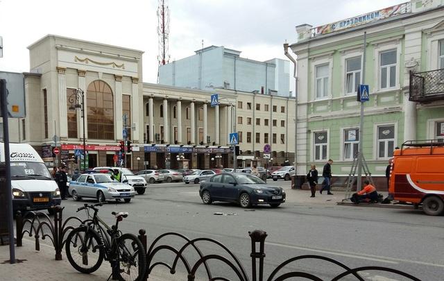 У тюменской филармонии столкнулись автобус и иномарка