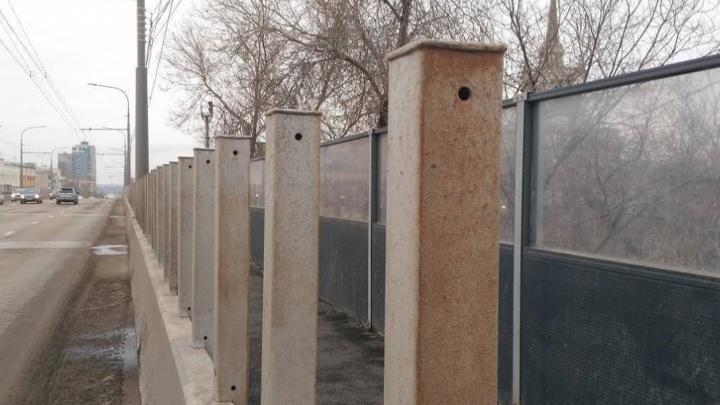 Ржавые столбики на Комсомольском мосту обещали загрунтовать и покрасить