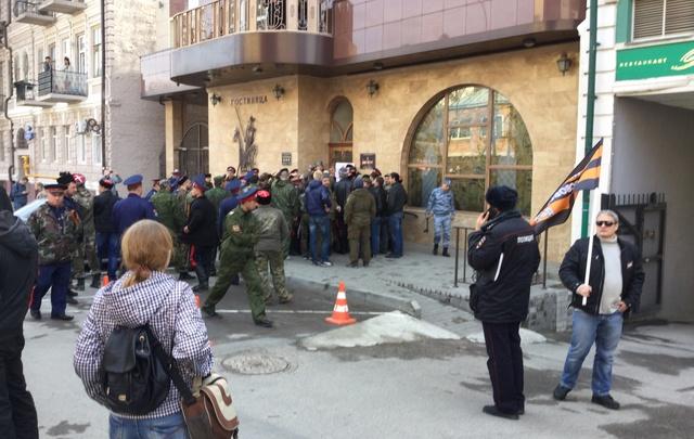 Казаки заблокировали соратника Навального в гостинице «Дон Кихот»