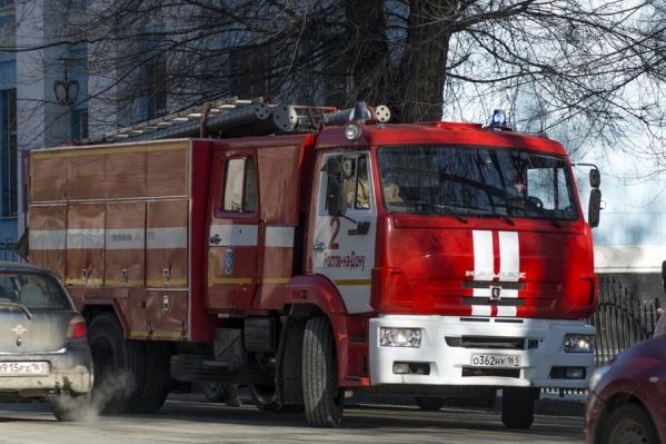 На месте пожара работали восемь спасателей