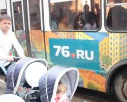 В День города ярославцы катались на «Веселом автобусе»