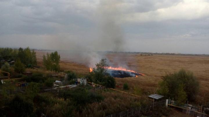 «Пожар прямо под окном»: в Самаре рядом с аэродромом Кряж горит трава