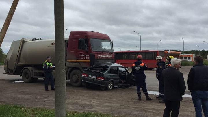 Под колесами грузовика ярославского управдома погиб водитель легковушки