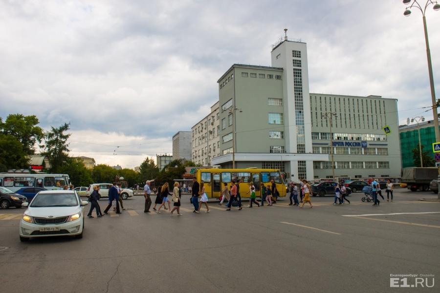 Доминанта перекрёстка улицы Пушкина и проспекта Ленина — Главпочтамт.