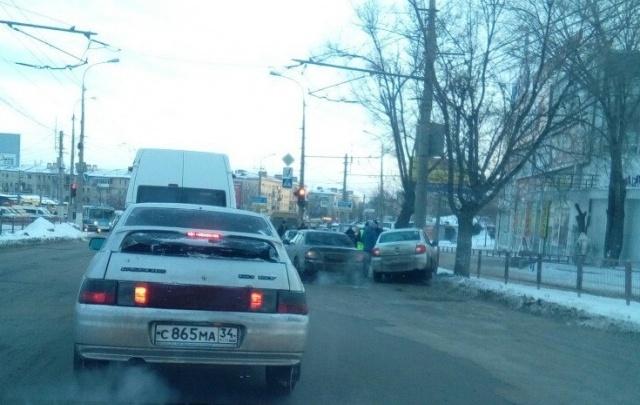 На севере Волгограда на обледеневшем спуске столкнулись четыре автомобиля