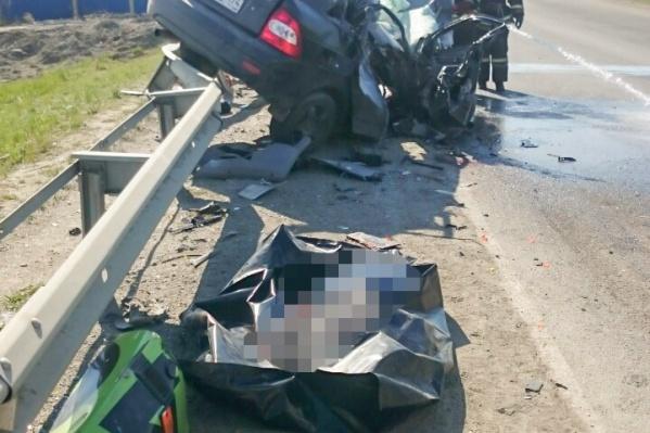Водителя с серьёзной травмой ноги из покорёженного авто доставали спасатели