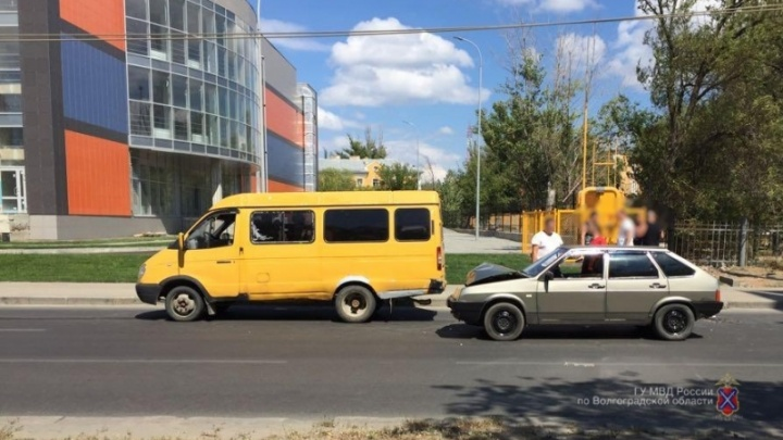 В Волгограде «девятка» протаранила маршрутку: пострадала 26-летняя женщина