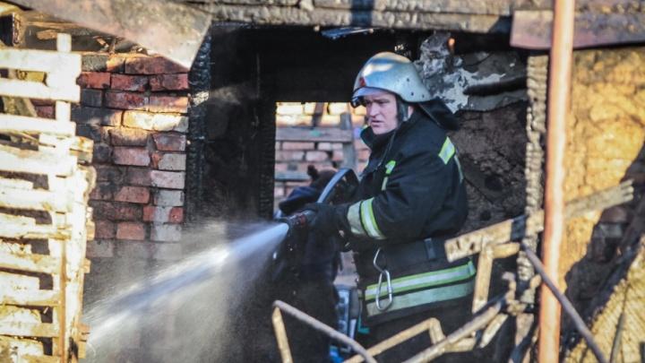 Пылает кровля: в Ростове загорелся частный дом