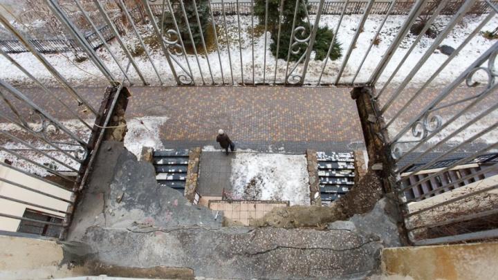 Не время собирать камни: балконы в центре Волгограда будут падать на улицу Мира еще 14 лет