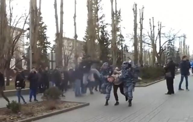 Пнувшего полицейского на Аллее Героев волгоградца выпустили из изолятора