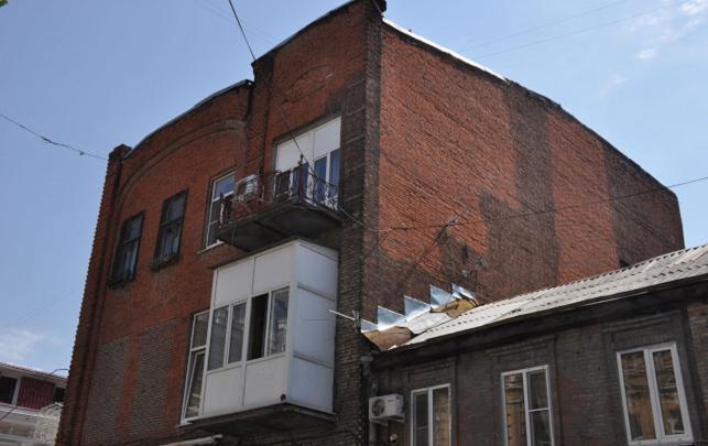 Общественник назвал «чертями на веревках» строителей, уничтоживших фасад исторического здания в Ростове